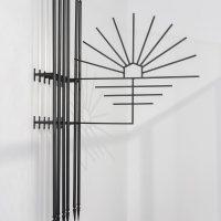 Raura Oblitas, S/T 1 (serie LOTE). Tubos de metal, varilla cuadrada de metal y puntas de fierro. Imagen cortesía de Museo MATE