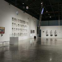 Vista general de la exhibición Amarillo, azul y roto. Años 90: arte y crisis en Ecuador. Pabellón 3 – Centro de Arte Contemporáneo de Quito. Imagen cortesía del CAC Quito