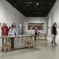 Vista general de la exhibición Amarillo, azul y roto. Años 90: arte y crisis en Ecuador. Pabellón 4 – Centro de Arte Contemporáneo de Quito. Imagen cortesía del CAC Quito