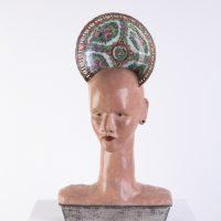 Ana López, Corona de cabeza de casa (1994). Escultura de masilla epoxi y objetos de metal y cerámica. Colección particular. Foto: Gustavo Sosa Pinilla