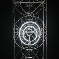 Pedro Magaña, Blanquea el latón y quema tus libros(2019). Estructura de acero con base de concreto, argolla de latón, luz neón. Imagen cortesía del artista