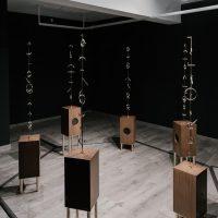 Pedro Magaña, 370–33(2019). Instalación, esculturas sonoras. Imagen cortesía del artista