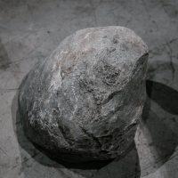 Pedro Magaña, 7.411_SHNL (Cruz del Aire)(2019). Instalación, varilla de latón / rocas de distintos lugares de Nuevo León. Imagen cortesía del artista