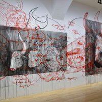 Cristóbal Sarro, De la serie Urna de cenizas (2019). Negro de hueso, pigmento a base de residuos óseos bovinos sobre muro. Cortesía del artista
