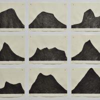 Antonio Bravo, Lecciones de cosecha (Harvesting Lessons) (2018). 48 esculturas de adobe, 96 dibujos tinta sobre papel, 48 fotografías impresión digital C-Print. Cortesía del artista