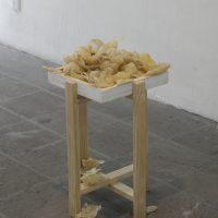 Héctor Jiménez, Dos momentos (2017-2019). Cera de abeja, jugo cítrico oxidado, madera.Foto por Carlos Corona