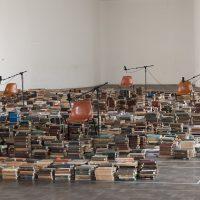 Mariana Lanari, Voz ativa: Biblioteca social(2019). Vista de instalación. Foto por Carol Quintanilha, cortesía de Casa do Povo