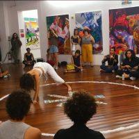 MarcelaCantuária,Corpo fechado (2019). Instalación, sal, tomero y Tarot Rider Waite. Performance por Dora Selva. Foto porHelena Borges, cortesía de la artista