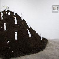 Byron Toledo Goyes,In-plantación (serie) (2017-presente). Escultura de yeso, tierra y semillas de maíz. Imagen cortesía de No Lugar