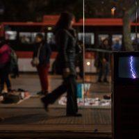 Bárbara González Barrera, Enacción (2019). Dispositivos transforman sonidos en ondas luminosas y luces en ondas sonoras. Foto por Francisca Razeto
