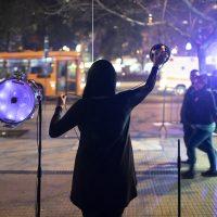Bárbara González Barrera, Enacción (2019). El ventanal de la galería se transforma en una membrana permeable que absorbe frecuencias del paisaje audible y visible de la calle. Foto por Alejandro Gallardo
