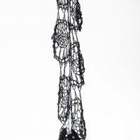 ektor garcia, telaraña (2018). Croché de lino encerado, aluminio fundido.Foto por Sebastián Bright, cortesía de Liberia