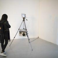 Bárbara González Barrera, Enacción (2019). Ensamblajes sonoro-visuales dispuestos al interior de la galería para interactuar con el espacio circundante. Foto por Alejandro Gallardo