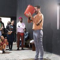 Elilson (São Paulo, Brasil), Gota: exposição oral 20, 2016-2019. 30'. Creado e interpretado por Elilson. Foto: Edouard Fraipont. Imagen cortesía de VERBO