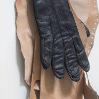 ektor garcia, piel (2019). Cuero, guante, alambre de cobre, remache de cobre, alfiler.Foto por Sebastián Bright, cortesía de Liberia