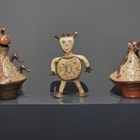 Dar forma al tiempo.Miradas contemporáneas a la cerámica precolombina (2019). Vista de instalación. Imagen cortesía de MAC Lima