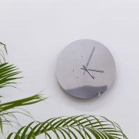 Lorena Mal, Reloj de pulsos (2013). Espejo de acero inoxidable, mecánica y electrónica a la medida. Cortesía del artista