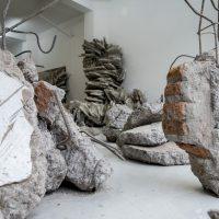 Valentina Utz, Taxonomía de los escombros (2019). Vista de instalación. Imagen cortesía de Galería Gabriela Mistral