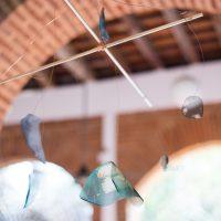 Gala Berger, Directorio Telefónico (2019). Móvil, madera, alambre de cobre, rama y sublimación digital sobre organza. Imagen cortesía de Elisa Bergel Melo & Casa Quién