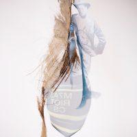 Gala Berger, Y el negro rezó (2019). Móvil, madera, alambre de cobre, rama y sublimación digital sobre organza. Imagen cortesía de Elisa Bergel Melo & Casa Quién