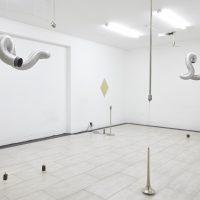 Álvaro Icaza y Verónica Luyo, ¿ ; { ^ )(2019). Vista de instalación. Imagen cortesía deCrisis Galería