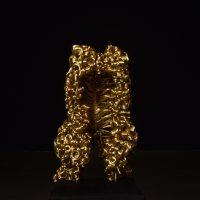 María José Argenzio, 1.729 (2011). Hilo de cobre bañado en oro sobre pedestal hecho de Guayacán y terciopelo negro. Imagen cortesía de la artista