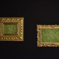 María José Argenzio, 1949-1965: ISIS /Objeto No. 1 y 2 (2011). Pigmento sobre papel de algodón y madera tallada cubierta de pan de oro. Imagen cortesía de la artista