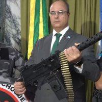 El nuevo gobernador de Rio de Janeiro, Witzel, portando un arma enorme,un pasado del imaginario de la dictadura brasileña y los futuros distópicos cyberpunks