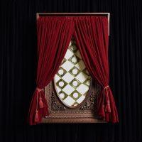 María José Argenzio, Con Nombres y Apellidos (2017). Madera tallada, papel japonés con aplicaciones de orete y cortinas de terciopelo. Imagen cortesía de la artista