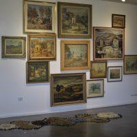 La ciudad y sus aledaños.Obras de la primera colección del Museo junto con Juego que sí de Gabriela Manfredi. Fotografía de Walter Civell