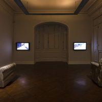 Teresa Margolles, Dos sillones tapizados.Vista de instalación. Foto por Benjamín Matte, cortesía delMuseo de la Solidaridad Salvador Allende
