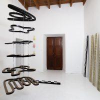 Luis Enrique Zela-Koort,Métrica tensa (2019). Vista de instalación. Imagen cortesía deGerardo Chávez-Maza