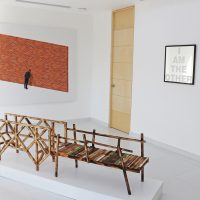 Hugo Lugo, Poética de la autonomía (segundo intento) (2019), acrílico y óleo sobre lino; Marcos Ramírez ERRE, Burned bridges (2019), maqueta de madera flameada; I am the other (2019), texto grabado sobre espejo. Foto por Andrea Vázquez