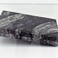 Hugo Lugo, Libro #3 (nada está escrito en piedra) (2019), grabado por arena sobre mármol. Foto por Andrea Vázquez