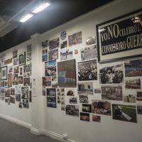 Vista general del gran collage colectivo que forma parte de la exposición Una invasión en 4 tiempos (2019). Foto por G. Guandique, cortesía MAC Panamá
