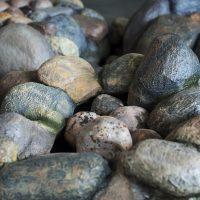 Colectivo SAL, Cuando el río suena (2018). Instalación sonora con piedras hechas en cerámica