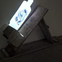 Carlos Zúñiga, Vestigios (2018). 1 + P/A para uso institucional. Videoinstalación. Base: Ancho:120 cm. Alto: 67 cm