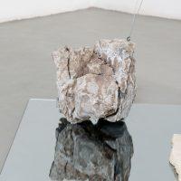 Jose Dávila, Pensar como una montaña (2019). Vista de instalación. Imagen cortesía de Museo Amparo