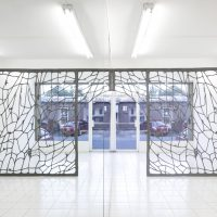 ASMA Janus , 2020 Lana de acero, marco de metal, imanes. Imagen cortesía de Embajada