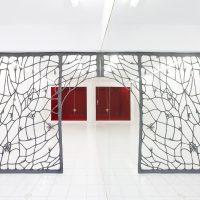 ASMA, Janus (2020). Lana de acero, marco de metal, imanes. Imagen cortesía de Embajada