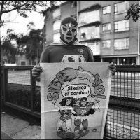 Gabriel Figueroa Flores, [Superbarrio con cartel] (1989). Centro de Documentación Arkheia, MUAC, UNAM