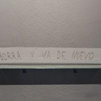 Manuela Ribadeneira, Borra y va de nuevo (2013). Espejo, tinta correctora. Imagen cortesía de CAC Quito