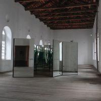 Manuela Ribadeneira, El cambio está a la vuelta de la esquina (2019). Espejos, estructura de metal, número de paneles variables. Imagen cortesía de CAC Quito