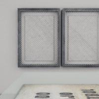 Raura Oblitas, S/T 4 (serie LOTE) (2019). Mármol blanco, broches de bronce, metal soldado y malla metálica. Imagen cortesía de Km 0.2