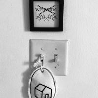 Luis Gómez, Home Sweet Home. Instalación con objetos diversos intervenidos