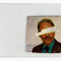 Leonardo Almao, El padre es una foto que se lleva puesta (2018). Fotografías de pasaportes intervenidas y plastificadas