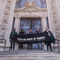 Frente de Artistas Mapuche (FAM). Para no morir de hambre. Acción artística de protesta, frontis del Museo Nacional de Bellas Artes, Santiago, Gulu Mapu (Chile), 3 de septiembre de 2020. Registro fotográfico digital por Andrés Valenzuela Arellano para Registro Contracultural
