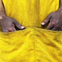 Detalle de vestuario y manos posterior a la performance. Vestuario por Marcella Cortez. Foto por Juan Pablo Ubilla