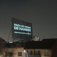 Frente de Artistas Mapuche (FAM). Para no morir de hambre.Activismo lumínico de protesta, Bellavista 2020, Santiago, Gulu Mapu (Chile), 2 de septiembre de 2020. Cortesía de Bellavista 2020